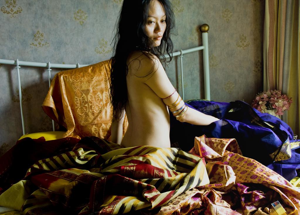 産後のバスト下垂に悩む女性
