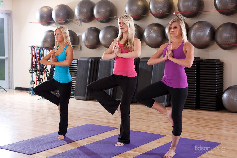背中の脂肪を落とすトレーニングをしている女性