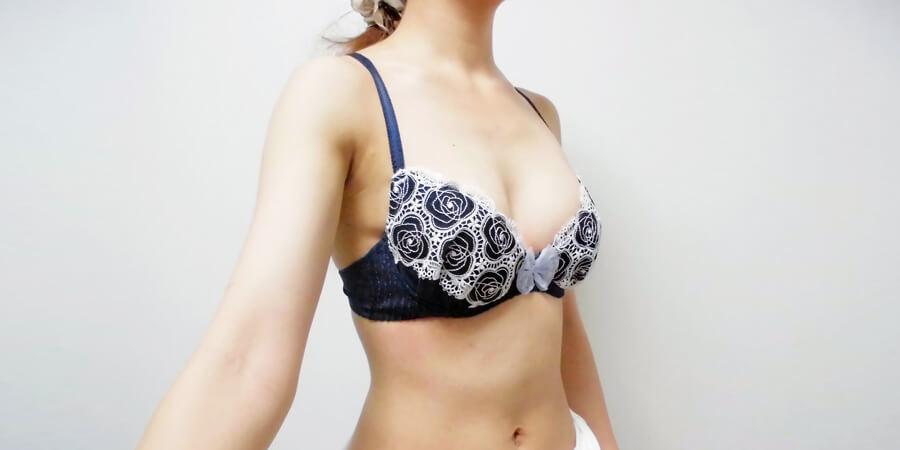 育乳ブラではないブラジャーを着用した斜め前からの写真