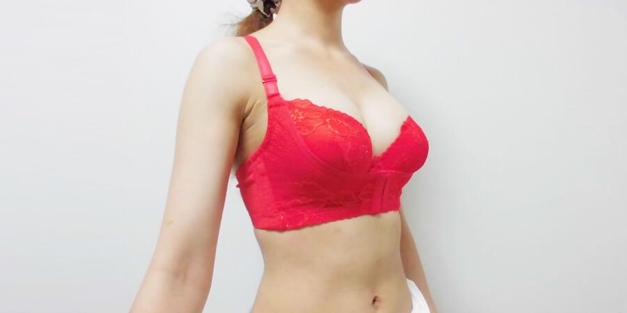 リフトアップ美胸ブラを着用した斜め前からの写真