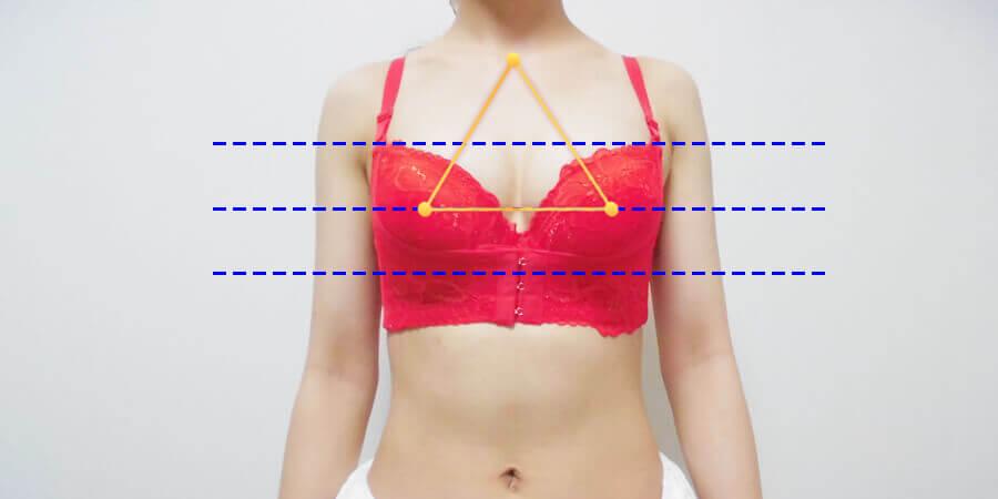 胸の左右差がある女性が育乳ブラを着用した写真2