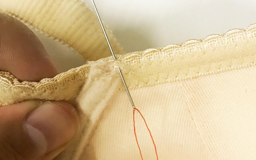ブラジャーのワイヤーが出てきたときの修理方法ステップ1