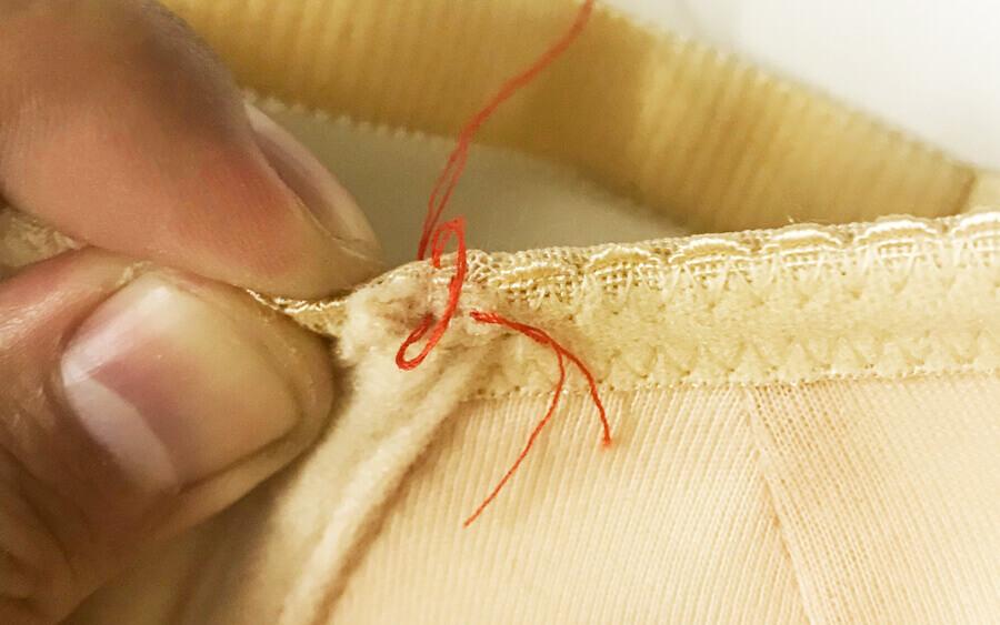 ブラジャーのワイヤーが出てきたときの修理方法ステップ2