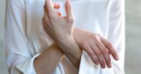 大きいバストの悩み…「垂れ・肩こり・気になる胸汗」への対処法